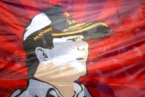 Sebuah spanduk besar bergambar Ketua Dewan Pembina Partai Gerindra Prabowo Subianto ketika kampanye nasional terakhir di Gelora 10 Nopember Surabaya, Jatim, Sabtu (5/4).